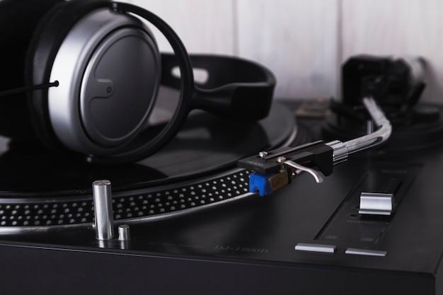 Fones de ouvido no toca-discos