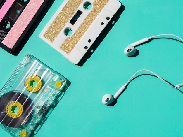 Fones de ouvido perto da coleção de fitas cassete