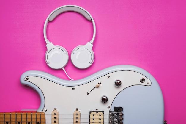 Fones de ouvido perto de guitarra elétrica