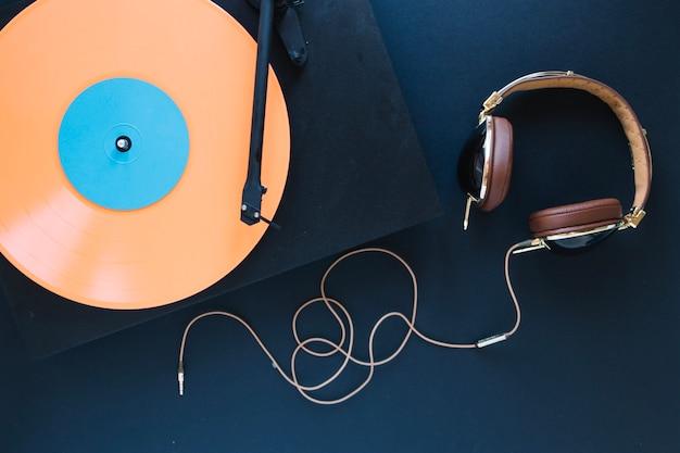 Fones de ouvido perto de toca-discos