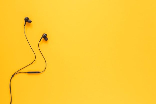 Fones de ouvido planos com espaço para texto