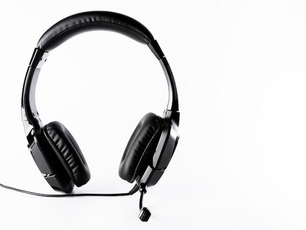 Fones de ouvido pretos com cabo em fundo branco isolado