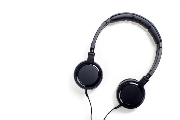 Fones de ouvido pretos com fios