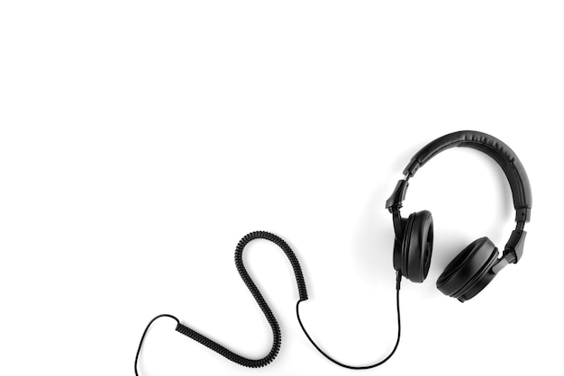 Fones de ouvido pretos com um fio em um fundo branco.