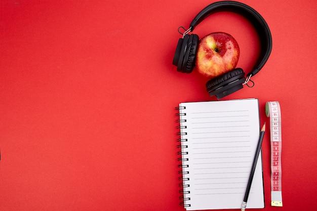 Fones de ouvido pretos e maçã