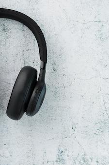 Fones de ouvido pretos em cinza
