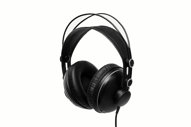 Fones de ouvido pretos em fundo branco