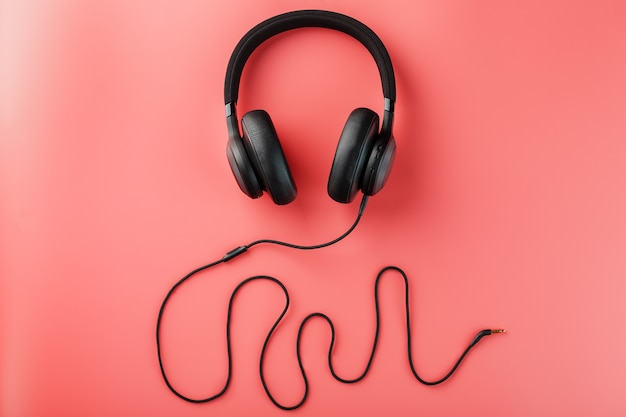 Fones de ouvido pretos em rosa