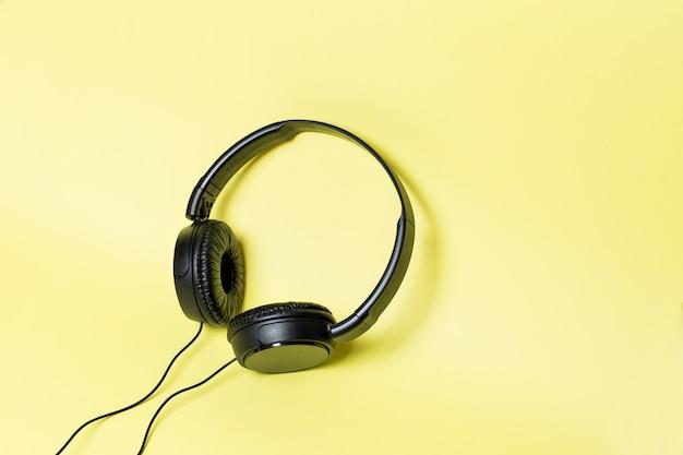 Fones de ouvido pretos em um fundo amarelo
