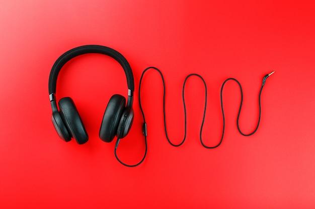 Fones de ouvido pretos no vermelho