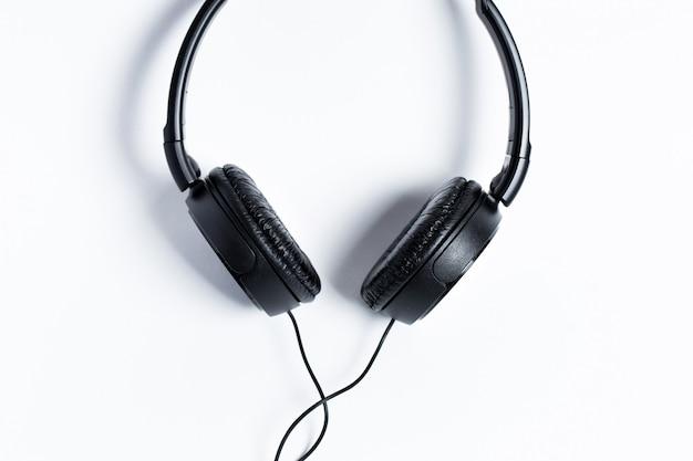 Fones de ouvido pretos sobre um fundo branco