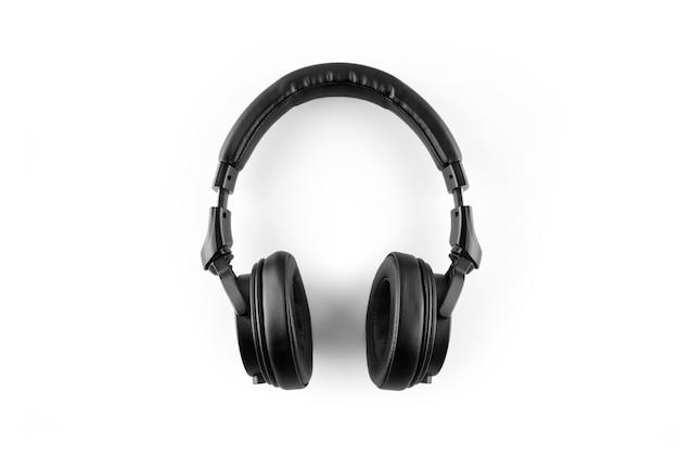 Fones de ouvido pretos sobre um fundo branco.