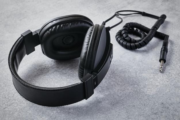 Fones de ouvido profissionais estéreo pretos de alta qualidade