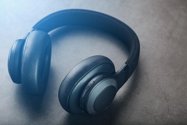 Fones de ouvido profissionais isolados para djs e músicos.