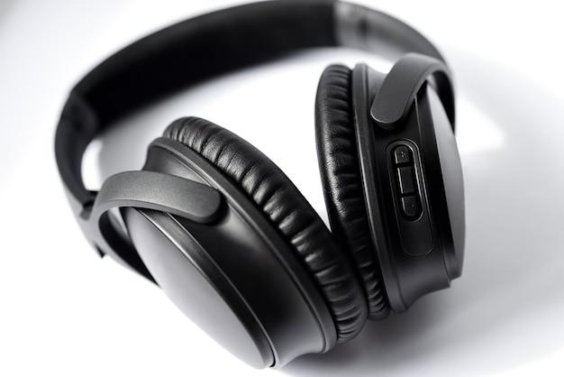 Fones de ouvido profissionais pretos no branco.