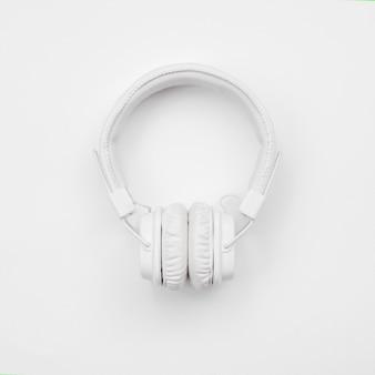 Fones de ouvido sem fio brancos isolados em um fundo branco. sobrecarga, profissional. vista do topo