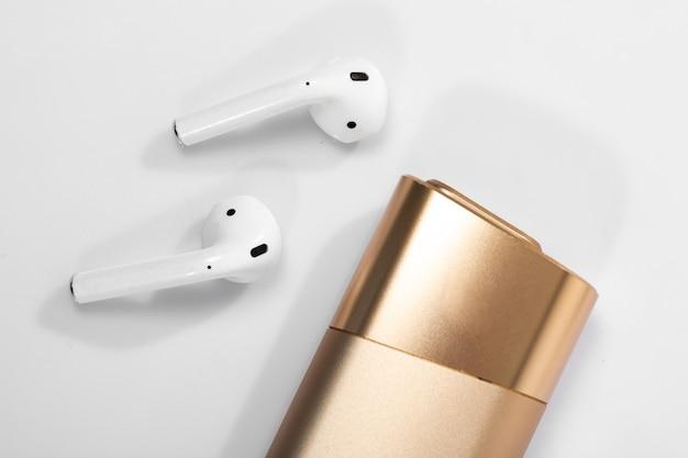 Fones de ouvido sem fio e glo dourado
