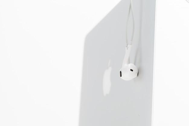 Fones de ouvido sobre laptop
