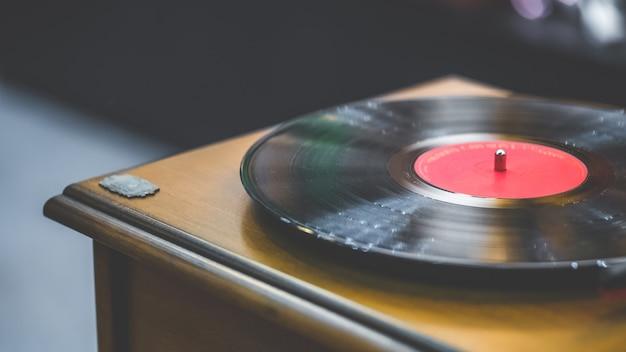 Fonógrafo preto do registro da música do vinil