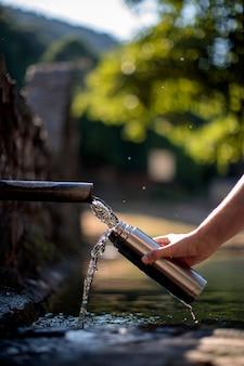Fonte de água em garrafa térmica de aço ecológica. espaço da cópia. zero desperdício, sem plástico, sustentabilidade