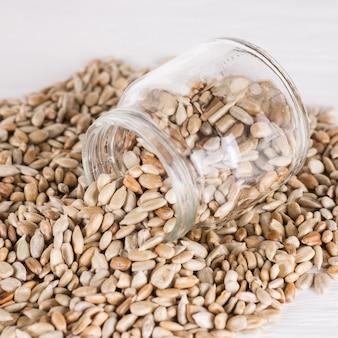 Fonte de albumina proteica. comida vegetariana, conceitos de comida ecológica. sementes de girassol lanche saudável na jarra.