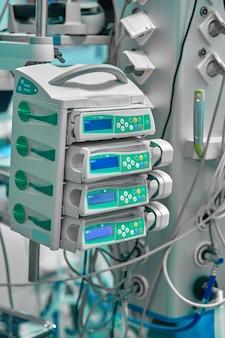 Fonte de alimentação ininterrupta para computadores e dispositivos de suporte à vida na sala de operações.