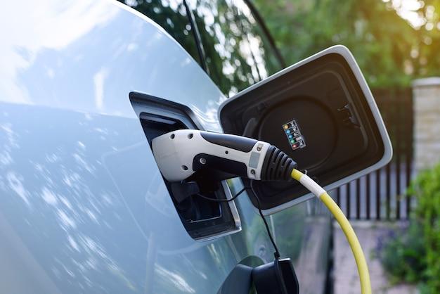 Fonte de alimentação para carregamento de carro elétrico em casa perto da fonte de alimentação junta-se à eletricidade moderna