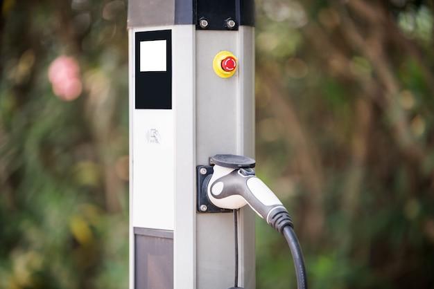 Fonte de alimentação para carregamento de carros elétricos. estação de carregamento de carros elétricos. fundo desfocado