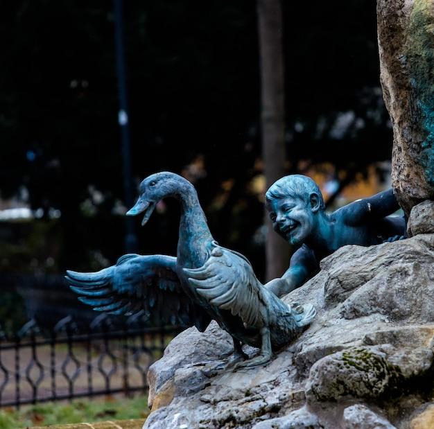 Fonte de crianças pegando patos em bratislava