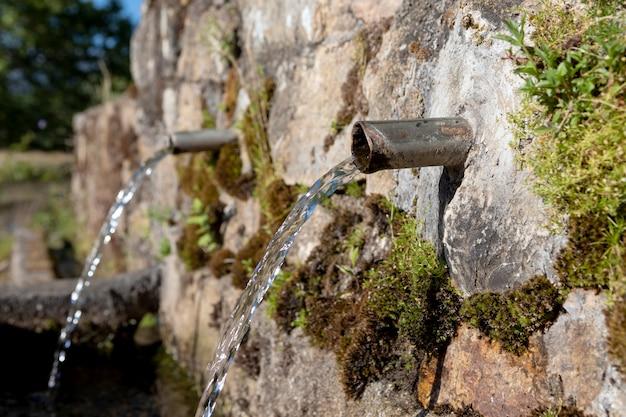 Fonte de dois canos com água limpa