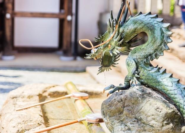 Fonte de dragão para lavagem de mão ritual no templo sakuramotobo perto do templo em nara, japão
