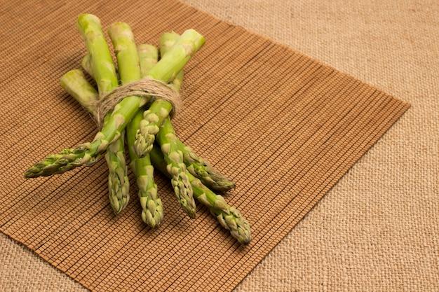 Fonte de fibra alimentar de espargos verdes.