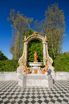 Fonte em jardins do palácio no granja de san ildefonso do la, segovia, espanha. Foto Premium