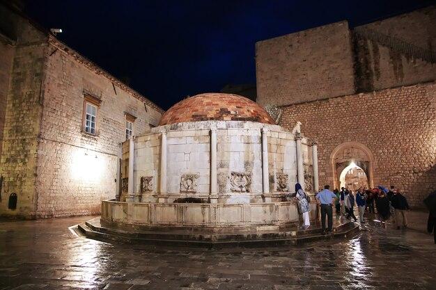 Fonte judaica à noite na cidade de dubrovnik, no mar adriático, na croácia