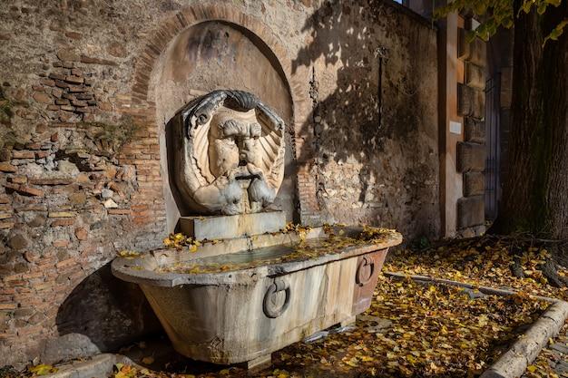 Fonte no jardim das laranjeiras no monte aventino em roma