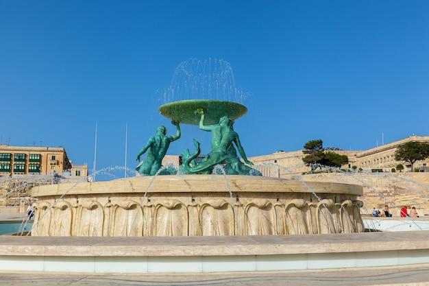Fonte tritão em frente aos portões da cidade, valletta malta, patrimônio mundial da unesco