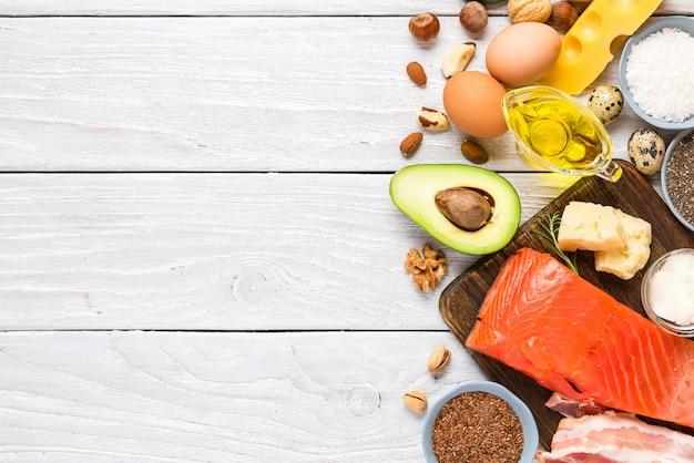 Fontes alimentares de ômega 3 e gorduras insaturadas. conceito de comida saudável. dieta cetogênica ou cetogênica. vista do topo