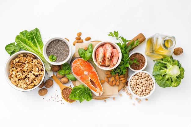 Fontes alimentares de ômega 3 e ômega 6 vista superior. alimentos ricos em ácidos graxos, incluindo vegetais, frutos do mar, nozes e sementes