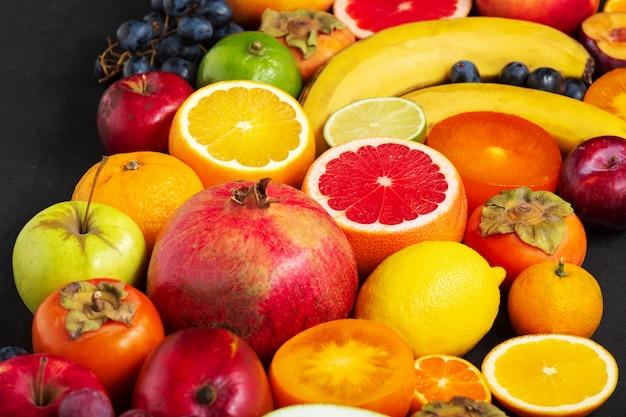 Fontes de frutas, vitaminas, frutas frescas. frutas frescas. frutas sortidas coloridas, alimentação limpa,