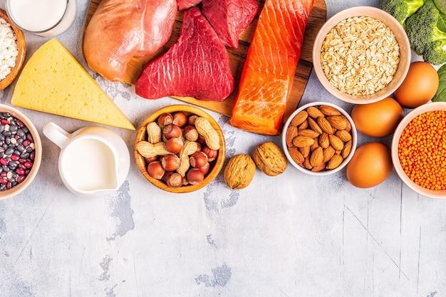 Fontes de proteínas saudáveis - carne, peixe, laticínios, nozes, leguminosas e grãos.