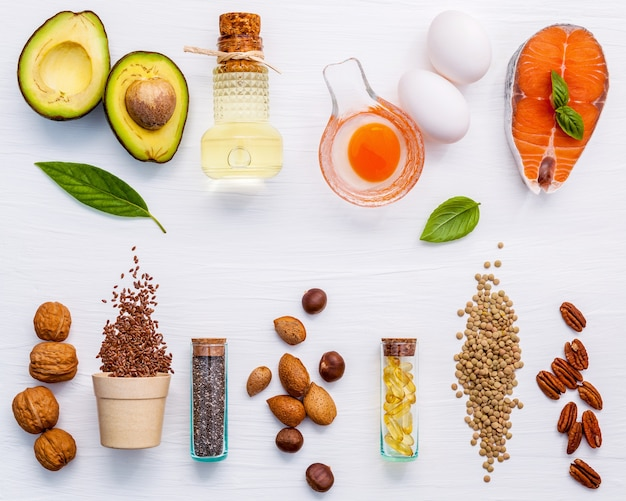 Fontes do alimento da seleção de ômega 3 e gorduras não saturadas no fundo de madeira.