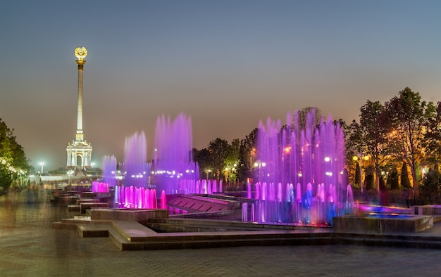 Fontes e monumento da independência em dushanbe, a capital do tajiquistão. ásia central