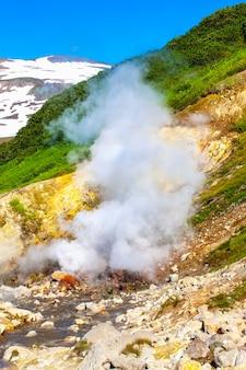Fontes termais de dachniye, vale de géiser em miniatura perto do vulcão mutnovsky na península de kamchatka, rússia