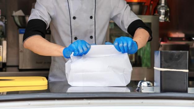 Food truck, cozinheiro, terminando um pedido