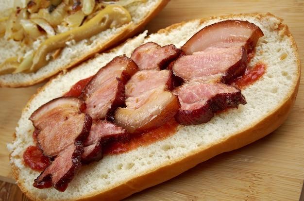 Fools gold loaf - o sanduíche americano de verdade era um pão, e um pote inteiro de geléia de uva e meio quilo de bacon Foto Premium