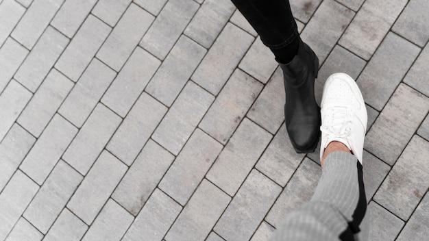 Foot bump alternativo saudações copiar espaço