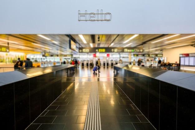 Fora de foco as pessoas estão fazendo o check-in no terminal do aeroporto.