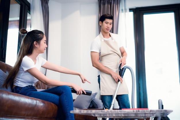 Força namorada pedindo namorado para fazer o trabalho doméstico por aspirador de pó