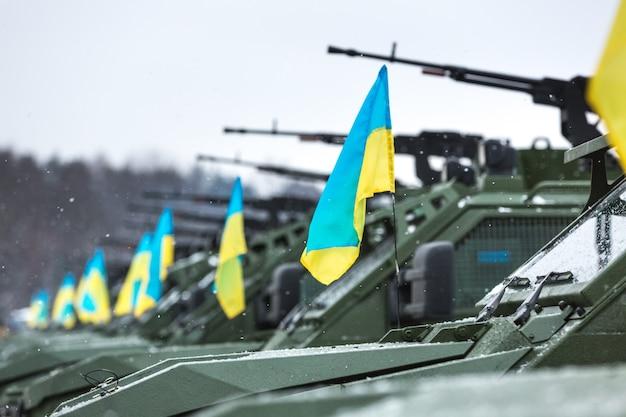 Forças armadas da ucrânia. veículos militares e blindados no centro internacional para pacificação e segurança antes de transferi-los para a zona de conflito militar