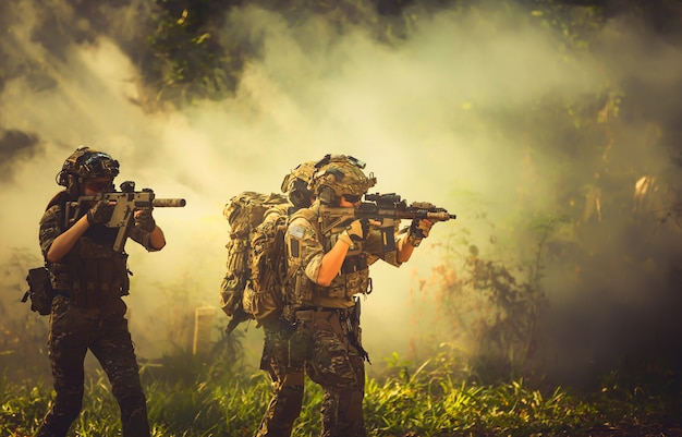Forças especiais da equipe. espingarda de assalto soldado com silenciador. atirador na floresta.